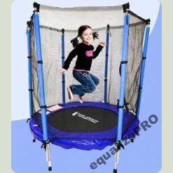 Девочка прыгает на батуте с защитной сеткой
