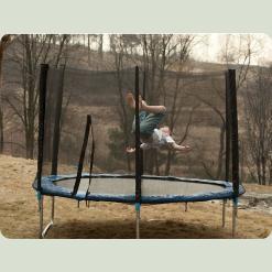 ребенок прыгает на батуте TotalSport диаметром 305 см