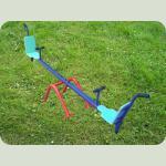 Уличная качеля-балансир, цвет сине-голубой, вид сбоку